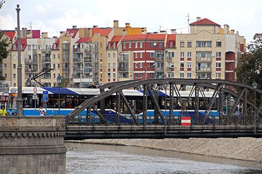 ヴロツワフ ムウィンスキー橋を渡るトラム