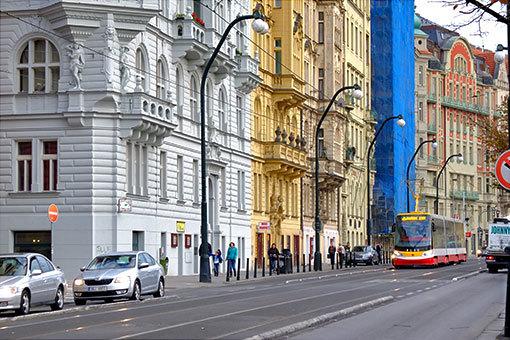 マサリコヴォ・ナーブジェジーを行く新型トラム イエローヘッドバージョン