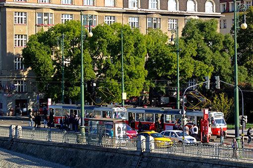 ラーシノヴォー・ナーブジェジー通りに停車するトラム