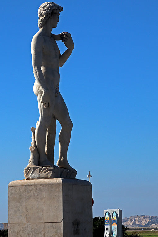 マルセイユ 海辺の交差点に立つダビデ像