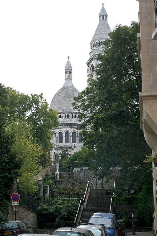ボンヌ通り サクレクールと階段のアップ写真