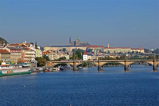 ジェレズニチュニー鉄橋からヴルタヴァ河越しにプラハ城を望む