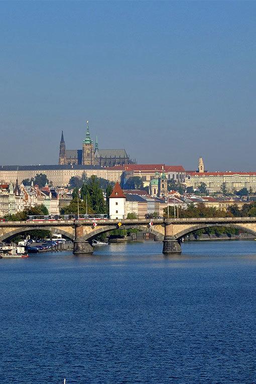 ジェレズニチュニー鉄橋からプラハ城 縦版