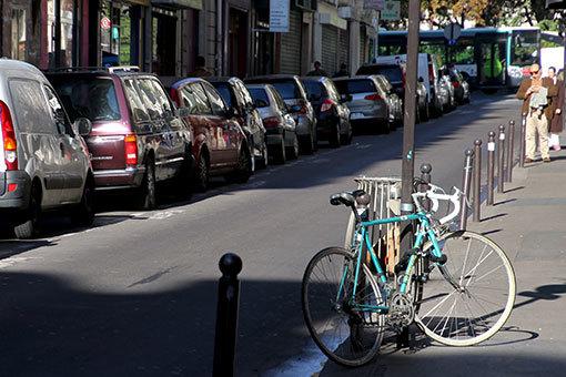 フォーブール・ポワッソニエール通りの水色の自転車