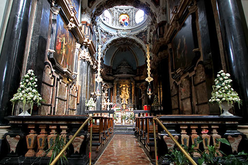サンタ・マリア・デル・カルミネ教会祭壇まわり