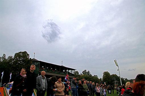 パルティニッツェ競馬場の芝生土手の観客