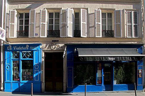 パピヨン通りの水色のお店外観