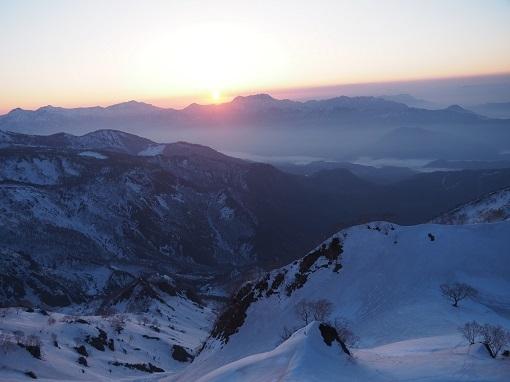 頸城山塊に日が昇る
