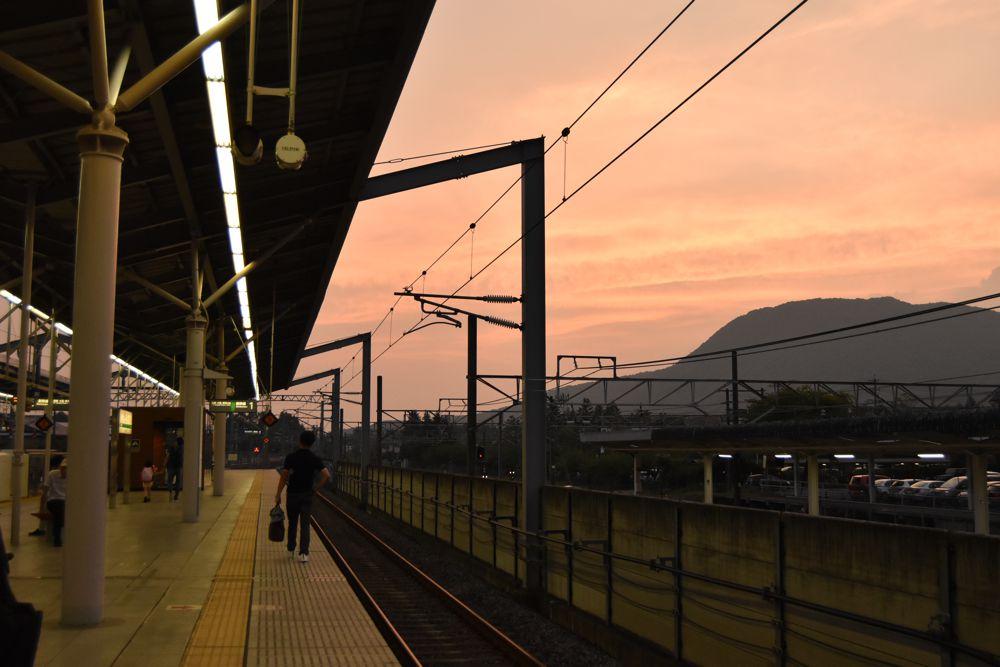 夕暮れの軽井沢駅ホーム