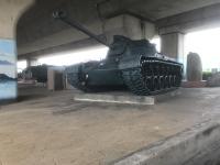 高架下に戦車190428