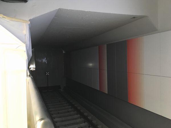 さらに奥に進んで移設された車止めを見る。この部分は乗降には使用できないためステンレス製の柵が取り付けられており、第三軌条も設置されていない。