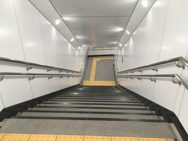 内部の階段。3番出口と同様の白い化粧パネル張りとなった。