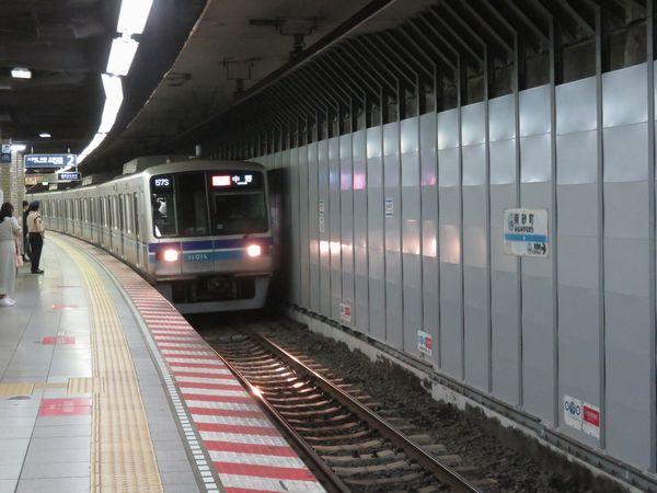 側壁撤去が始まった南砂町駅を通過する05系ワイドドア編成