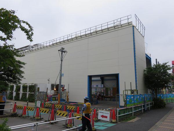 西船橋寄りに建設中の仮設建屋。工事予定表では防水ハウスと明記されている。
