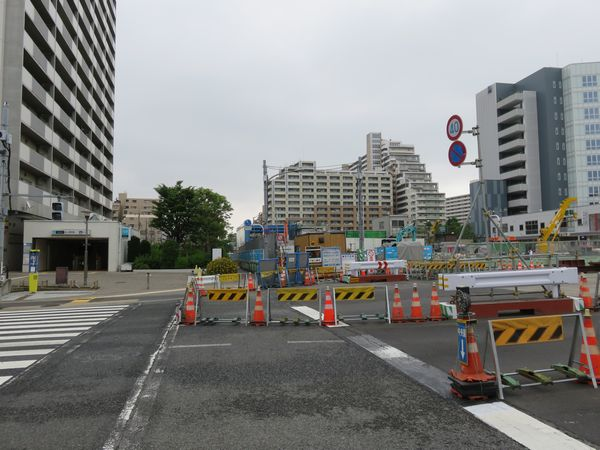 駅中央を交差する丸八通り。左端に2b出口。