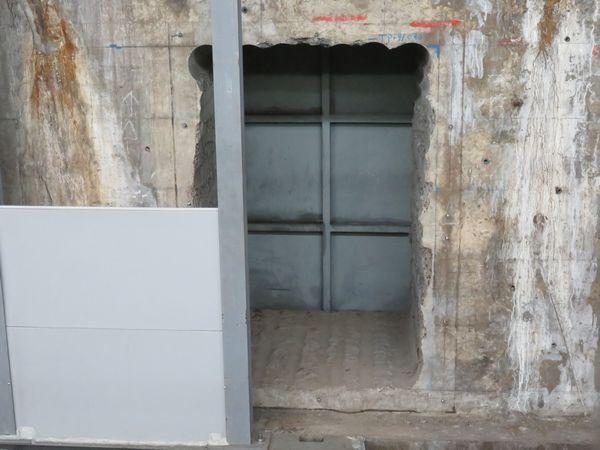 2番線中野寄りの端の側壁に明けられた大きな穴。穴の向こうは新ホームのトンネルができつつある。
