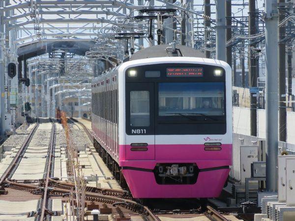 真新しい高架線を行く新京成N800形電車。今冬からの新形式の導入も決定した。