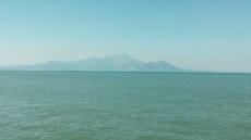 海の向こうには平成新山