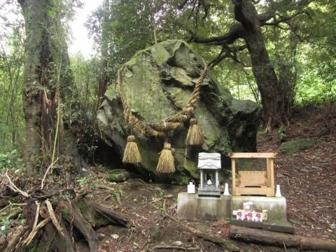 白山神社大岩