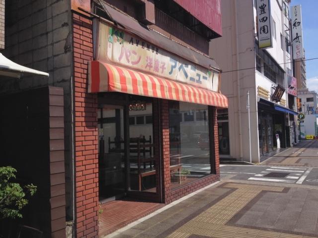 昭和テイストな店構え。