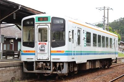 「令和元年記念」のヘッドマークを付けた列車
