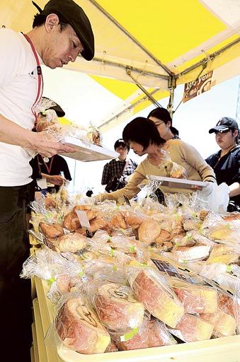 パン販売イベント、家族連れらに盛況 浜松・浜北区 (2019/5/26 08:47)