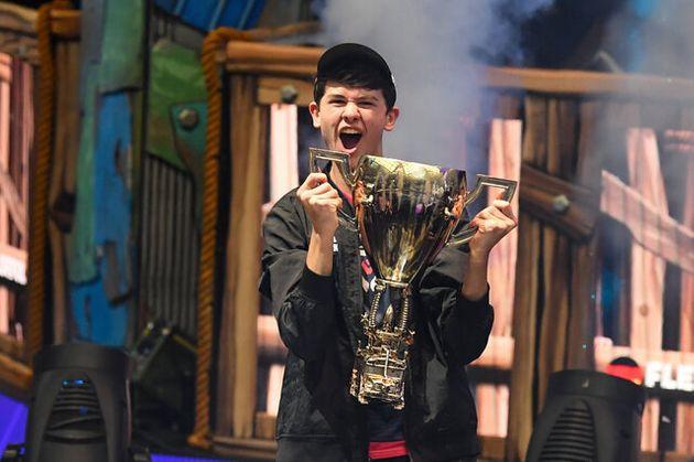 eスポーツの大会で優勝し、カップを手にするカイル・ギアスドルフ君